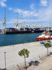 Containerschiffe in Koper